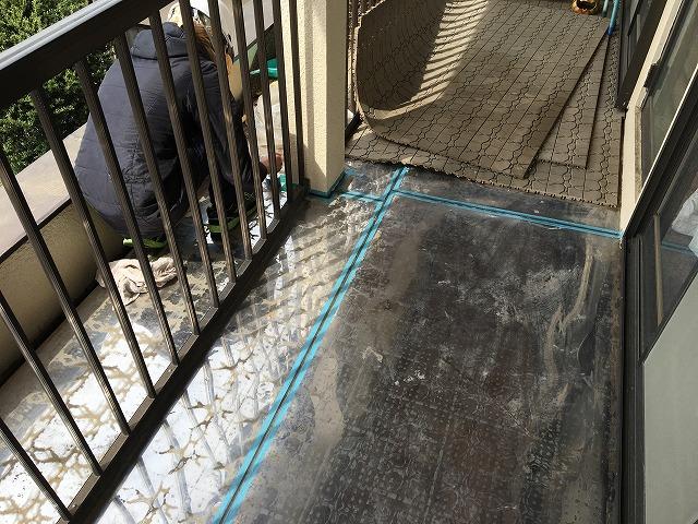 雨漏りの原因と思われるベランダ床の板金部分