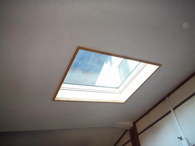 一室の天井に付けられた天窓
