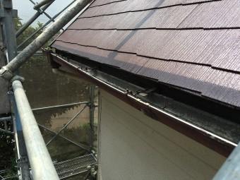 屋根の端に取り付けられた雨樋