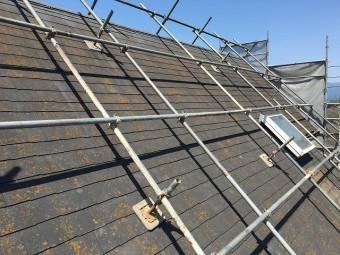 足場が全体に掛かった屋根