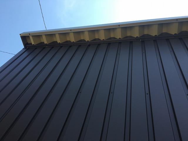黒色のトタン屋根