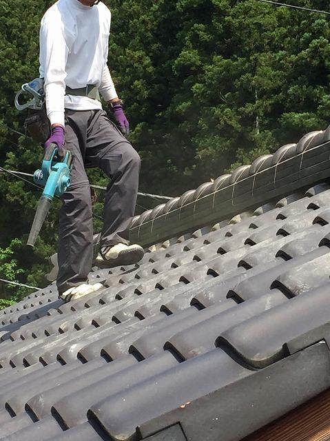 ブロワ―で埃を掃除している作業員