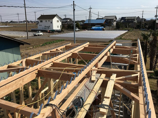 折半屋根の屋根葺き工事前の骨組みの写真