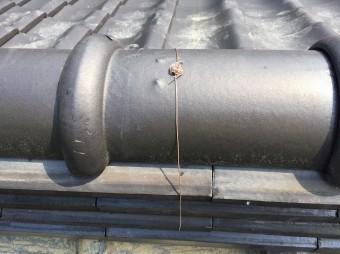 積みあがった棟瓦を新しい銅線で結んだ風景