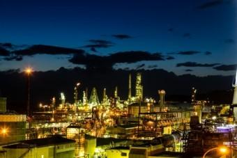 夜間の工場