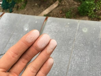 手に付いた白化してしまった屋根塗装