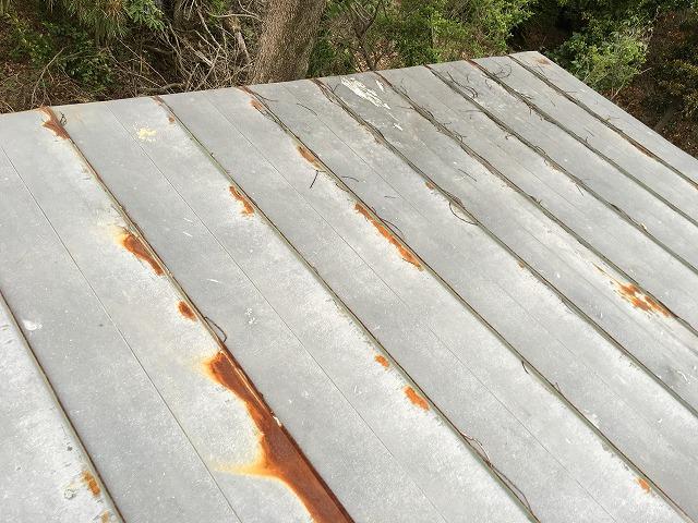 表面が白くなっている板金屋根