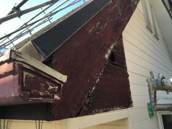 水分や風などで劣化した屋根近辺の木材