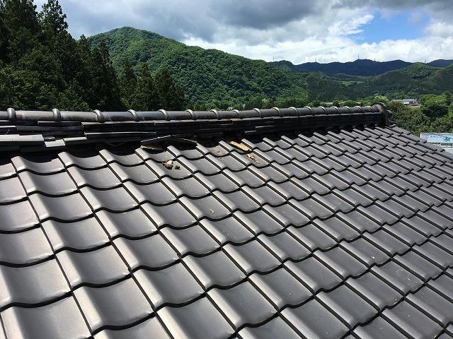 光沢が出ている瓦屋根
