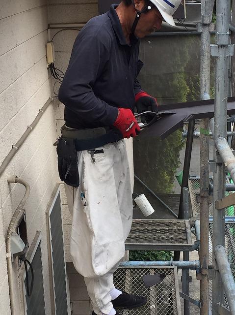 板金を専用のハサミで切っている職人さん