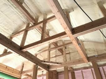 屋根の上にびっしりと吹き付けられた断熱材