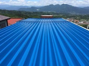 青色の金属屋根