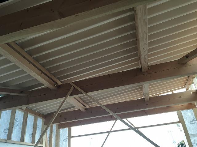 中から見た折半屋根の内側の写真
