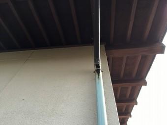 錆びて色落ちしている銅製の雨樋