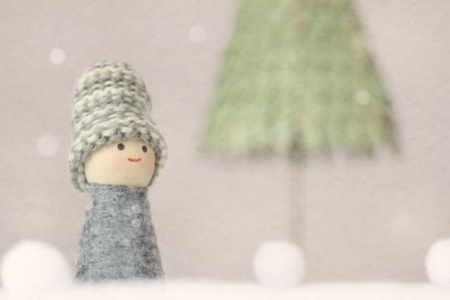 雪の中のコートを着た人形