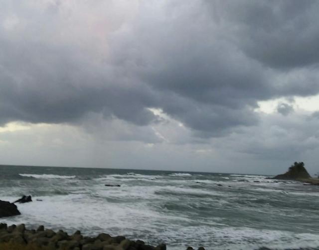 海と怪しげな雲