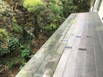 汚れを放置し、屋根の塗装も剥がれてしまった屋根