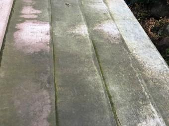 近くで見た苔が発生した屋根