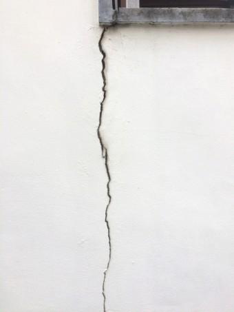 壁に大きく入ったヒビ