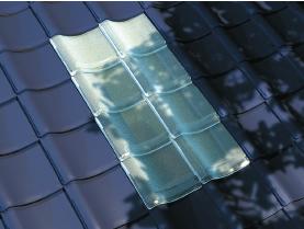 瓦屋根に取り付けられたガラス瓦