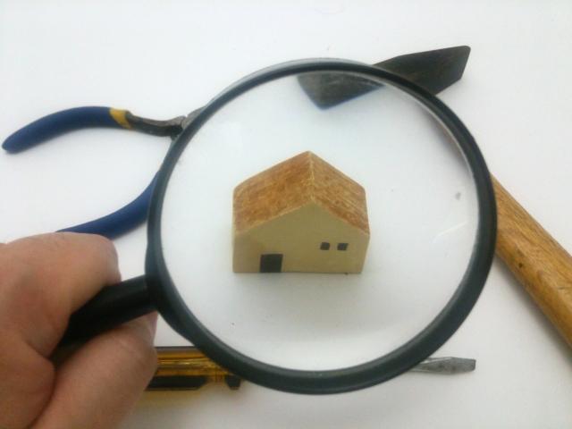 ルーペ(顕微鏡)で見た家の模型