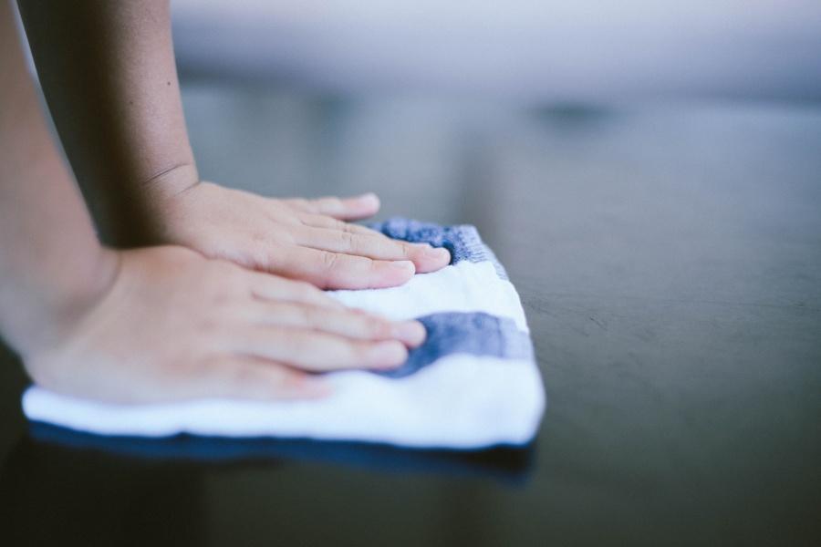 雑巾を持つ手