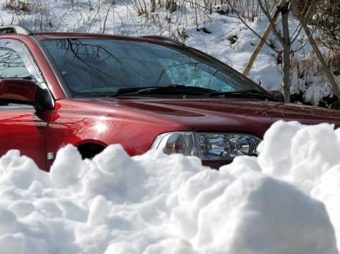 雪に囲まれている車