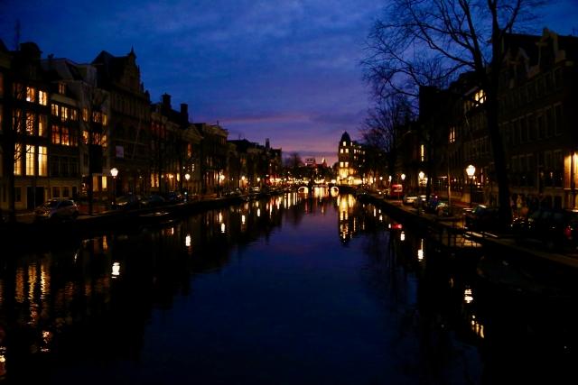 夜のオランダの街並み