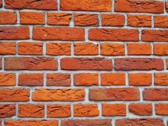 オレンジ色のレンガを使った外壁