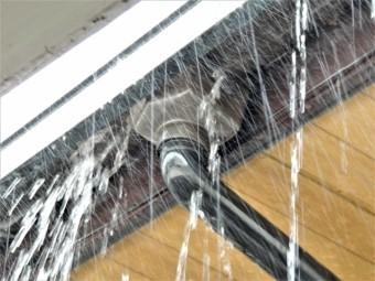 雨樋から流れ落ちる大雨