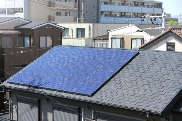 黒色のスレート屋根に付けられた太陽光