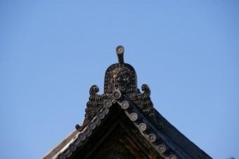 瓦屋根に取り付けられた迫力のある鬼瓦