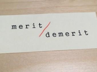 メリット・デメリットと書かれた小さい用紙