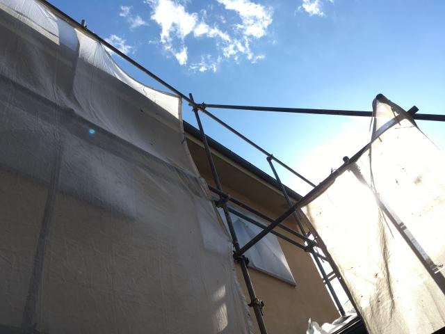 工事を行っている住宅の周りに張られた飛散防止ネット