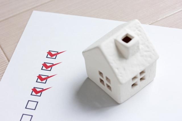 書類の上に置かれた家の模型