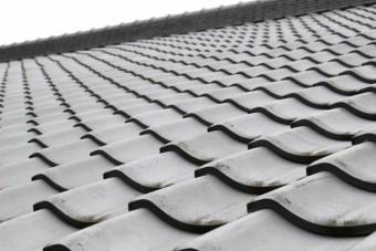 黒色の瓦屋根