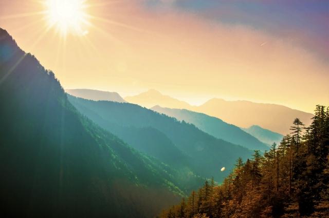 太陽に照らされた山岳地帯