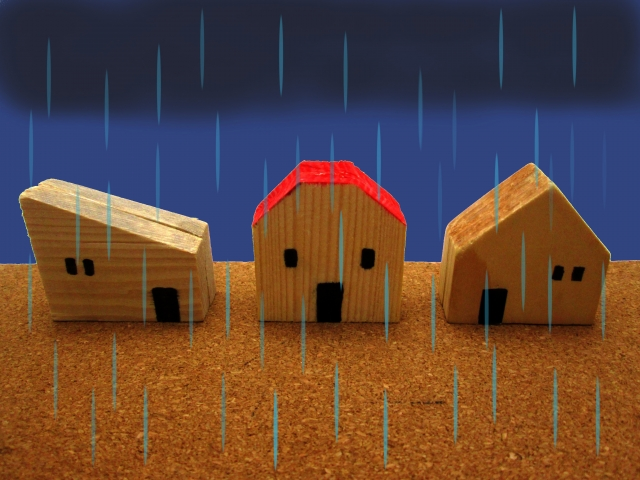雨の中の三軒の家