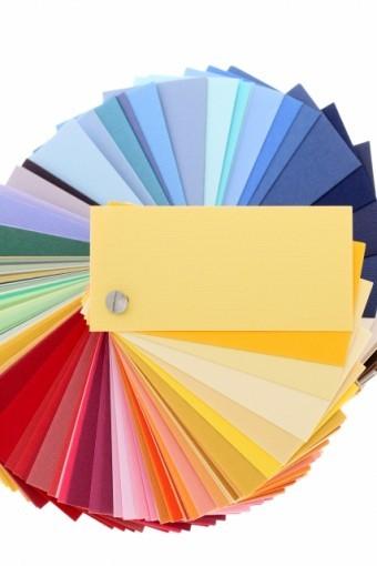 多彩な色どりがある色の見本用紙