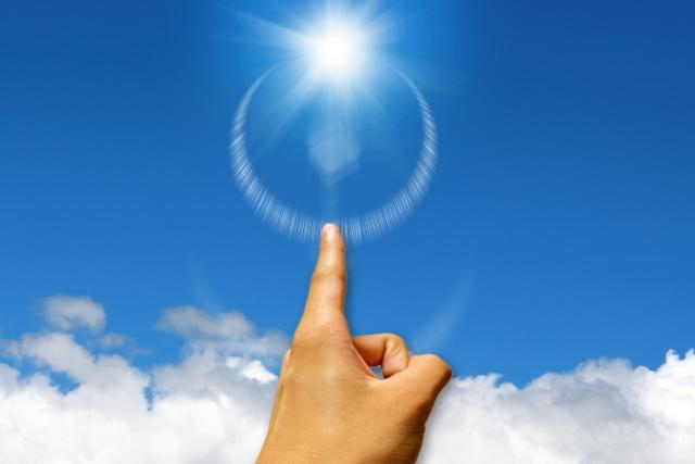 太陽に指をさす
