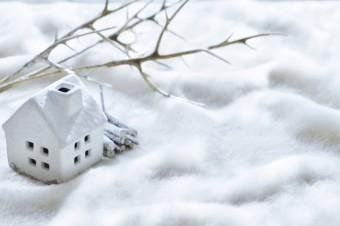 雪が積もった家の模型