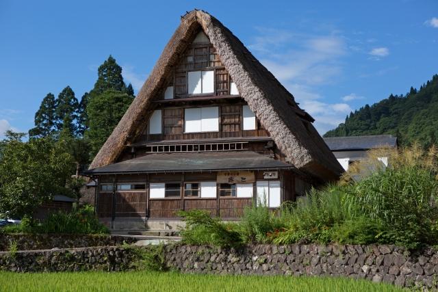 日本の伝統ある茅葺屋根