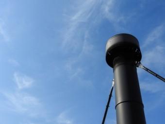黒色の金属の煙突