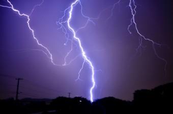 夜の住宅街に落ちる雷
