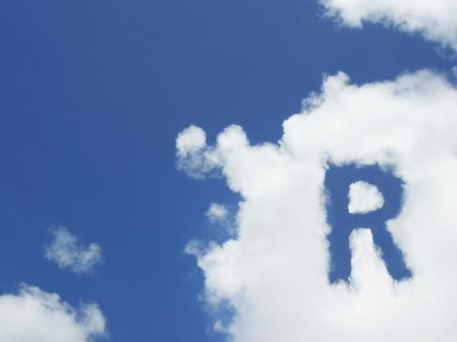 空に浮かんだアルファベットのR文字
