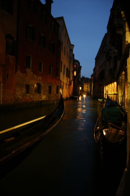 夜のイタリアの街並み