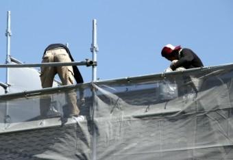 屋根の点検をしている屋根やさん