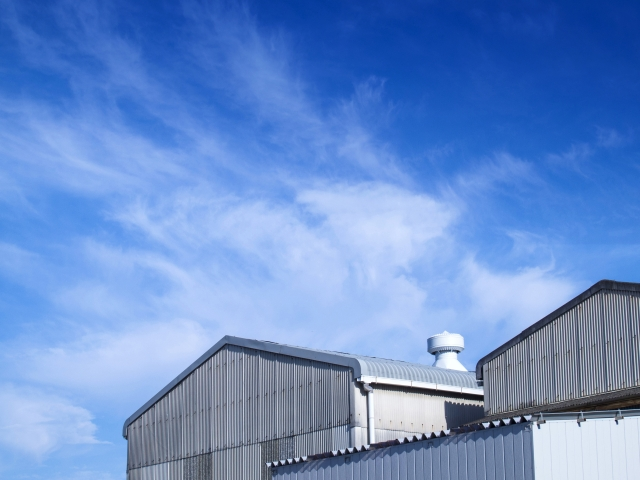 青空のもとにある工場