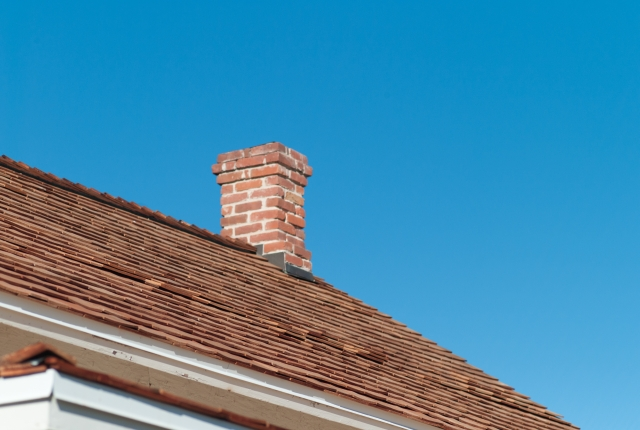 煙突が付いた住宅の屋根