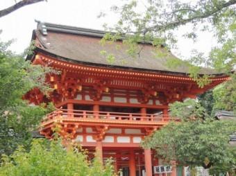 反り屋根工法を採用した神社の写真